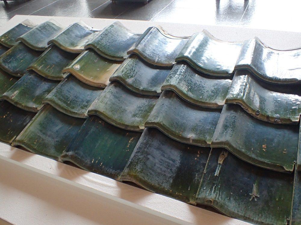 写真3 昭和時代に加藤家で作られた緑釉瓦(展示品)